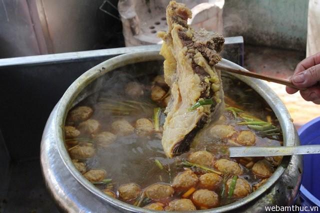 Hình 1 – Bún bò Huế là món ăn nổi tiếng từ xưa đến nay được nhiều người yêu thích