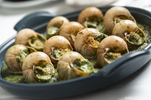Hình 2 - Thịt ốc ăn giòn, đậm đà và thơm hơn khi quyện lẫn với các gia vị
