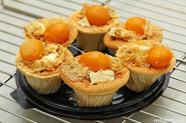 Hình 3 – Mỗi chiếc bánh bông lan trứng muối khoảng 3.000 đồng