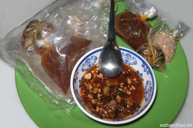 Hình 3 – Bánh tráng me là món ăn vặt rất được ưa chuộng ở Tây Ninh