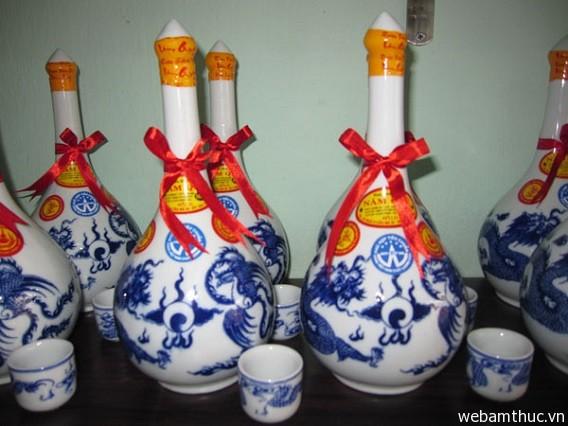 Hình 6 - Rượu Bàu Đá là một trong những đặc sản truyền thống của Bình Ðịnh