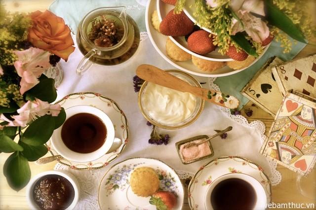 Hình 6 – Thưởng thức trà kem vào một buổi chiều thơ mộng ở London là điều vô cùng tuyệt vời