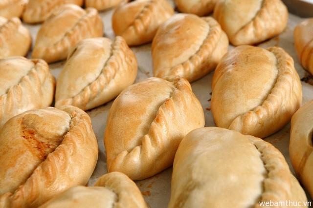 Hình 8 - Cornish pasty là một trong những món ăn níu chân du khách ở London