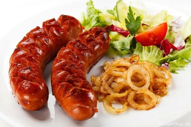 Xúc xích luôn nằm trong danh sách junk food hấp dẫn nhất ở Toronto