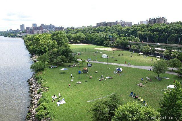 Riverbank Park là nơi thường diễn ra nhiều hoạt động giải trí ngoài trời