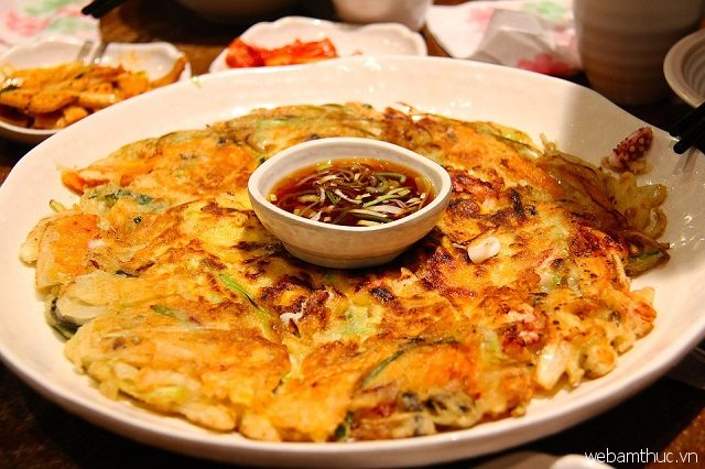Bánh xèo Hàn Quốc có thể dùng như món khai vị hoặc món ăn vặt