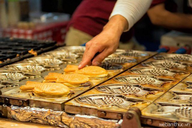 Bánh cá chép được phục vụ ngay khi mới nướng xong, thơm lừng và nóng hổi